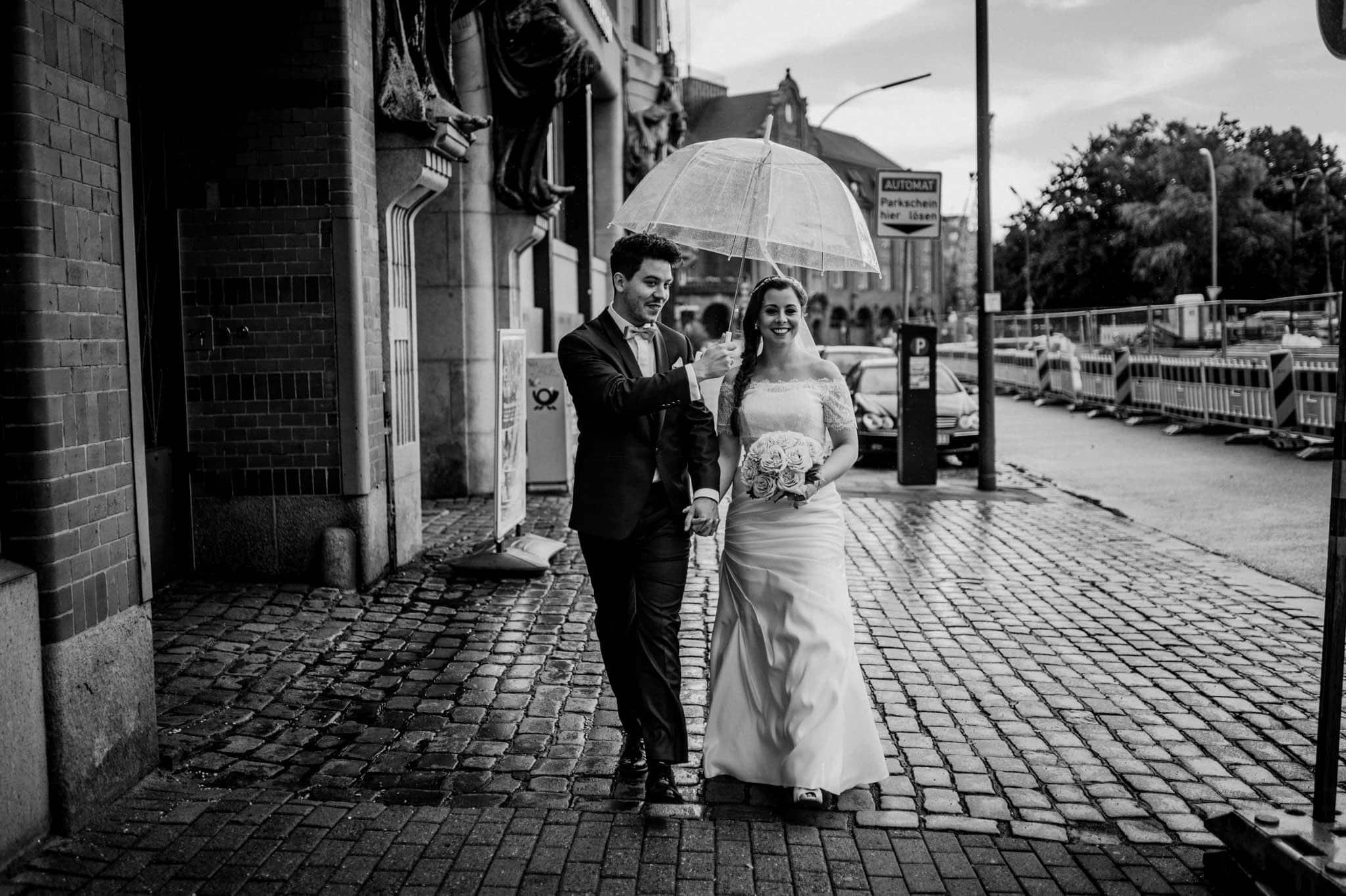 Hochzeitsfieber by Photo-Schomburg, Wedding, Hochzeitsfotograf, Hochzeitspaar, Braut, Bräutigam, Hochzeitstag, Hamburg, Landungsbrücken, Hafenliebe-96