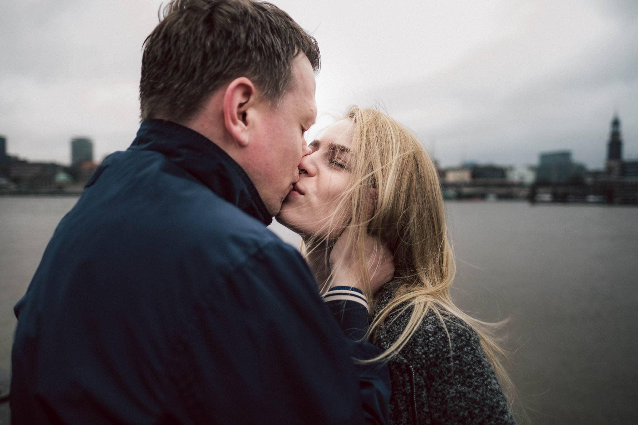 Engagementshooting, Hochzeitsfieber by Photo-Schomburg, Pärchenshoot, Hamburg, Elbe, Hamburger Hafen, Hochzeitsfotograf, Wedding, Coupleshoot, Hochzeitsfotografie-14
