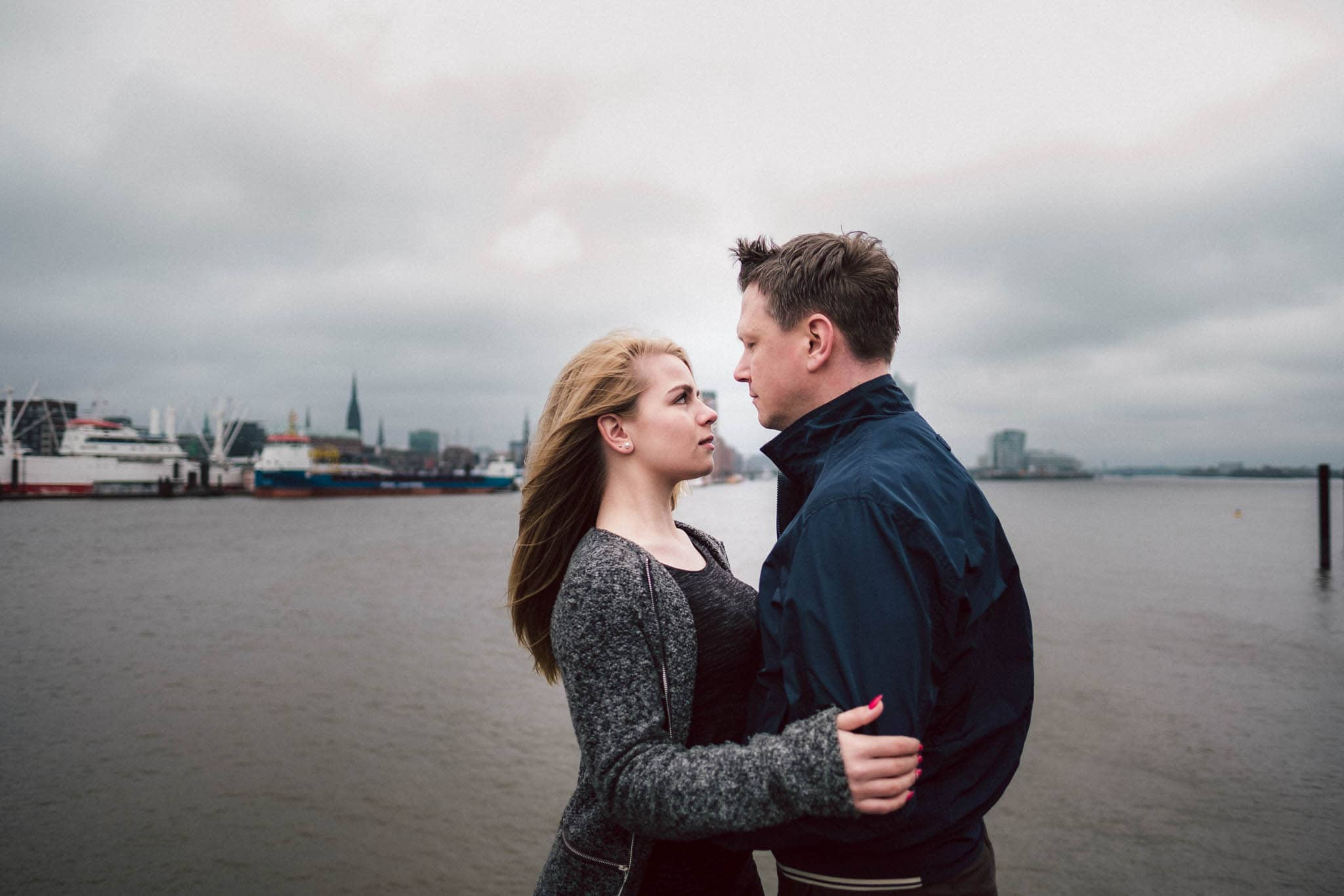 Engagementshooting, Hochzeitsfieber by Photo-Schomburg, Pärchenshoot, Hamburg, Elbe, Hamburger Hafen, Hochzeitsfotograf, Wedding, Coupleshoot, Hochzeitsfotografie-18