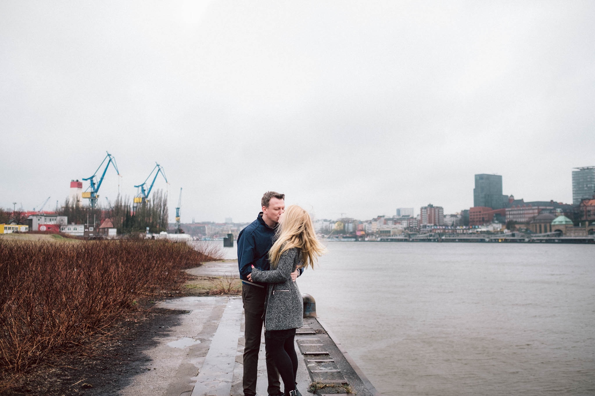 Engagementshooting, Hochzeitsfieber by Photo-Schomburg, Pärchenshoot, Hamburg, Elbe, Hamburger Hafen, Hochzeitsfotograf, Wedding, Coupleshoot, Hochzeitsfotografie-7