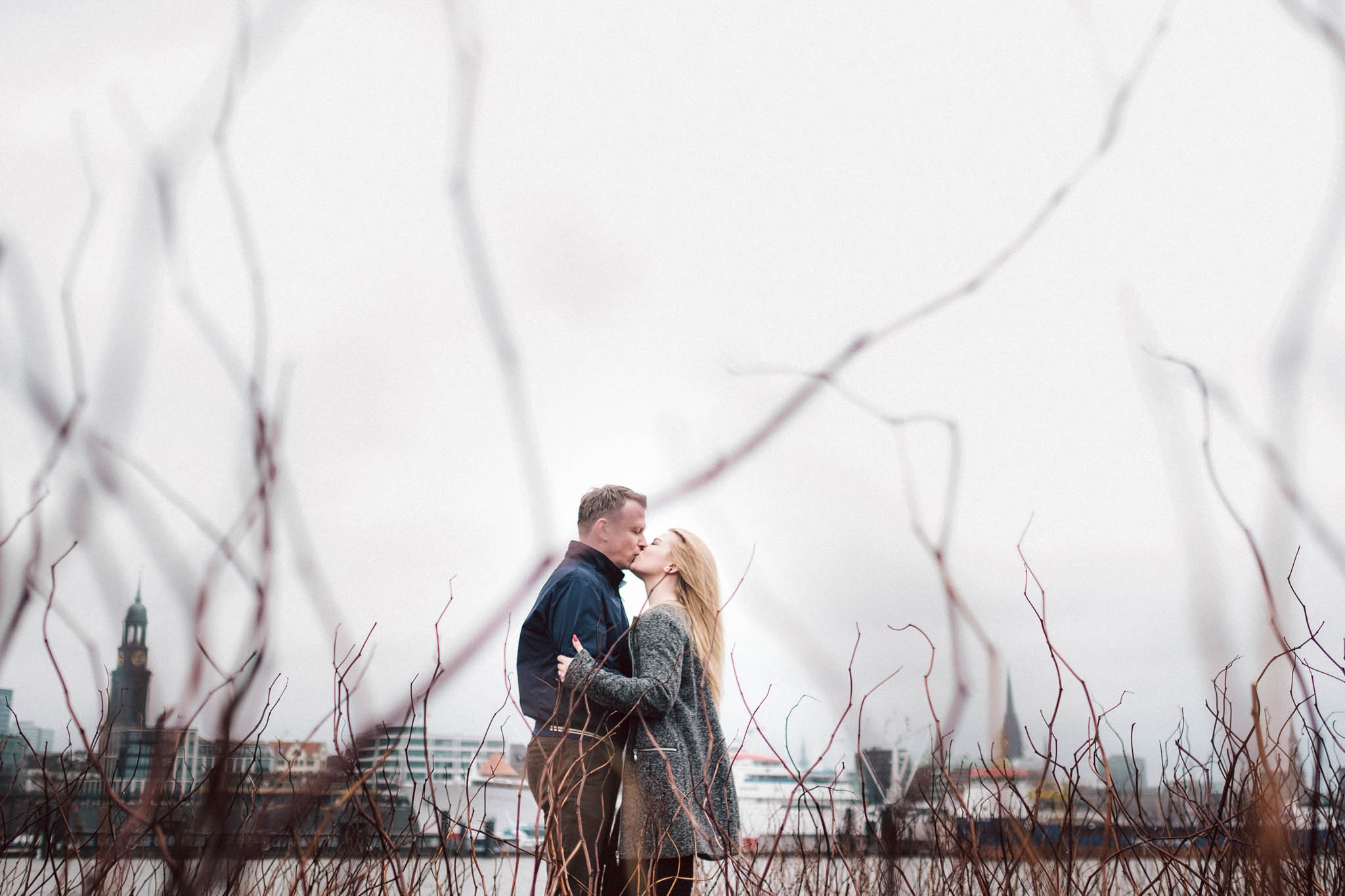 Engagementshooting, Hochzeitsfieber by Photo-Schomburg, Pärchenshoot, Hamburg, Elbe, Hamburger Hafen, Hochzeitsfotograf, Wedding, Coupleshoot, Hochzeitsfotografie-9