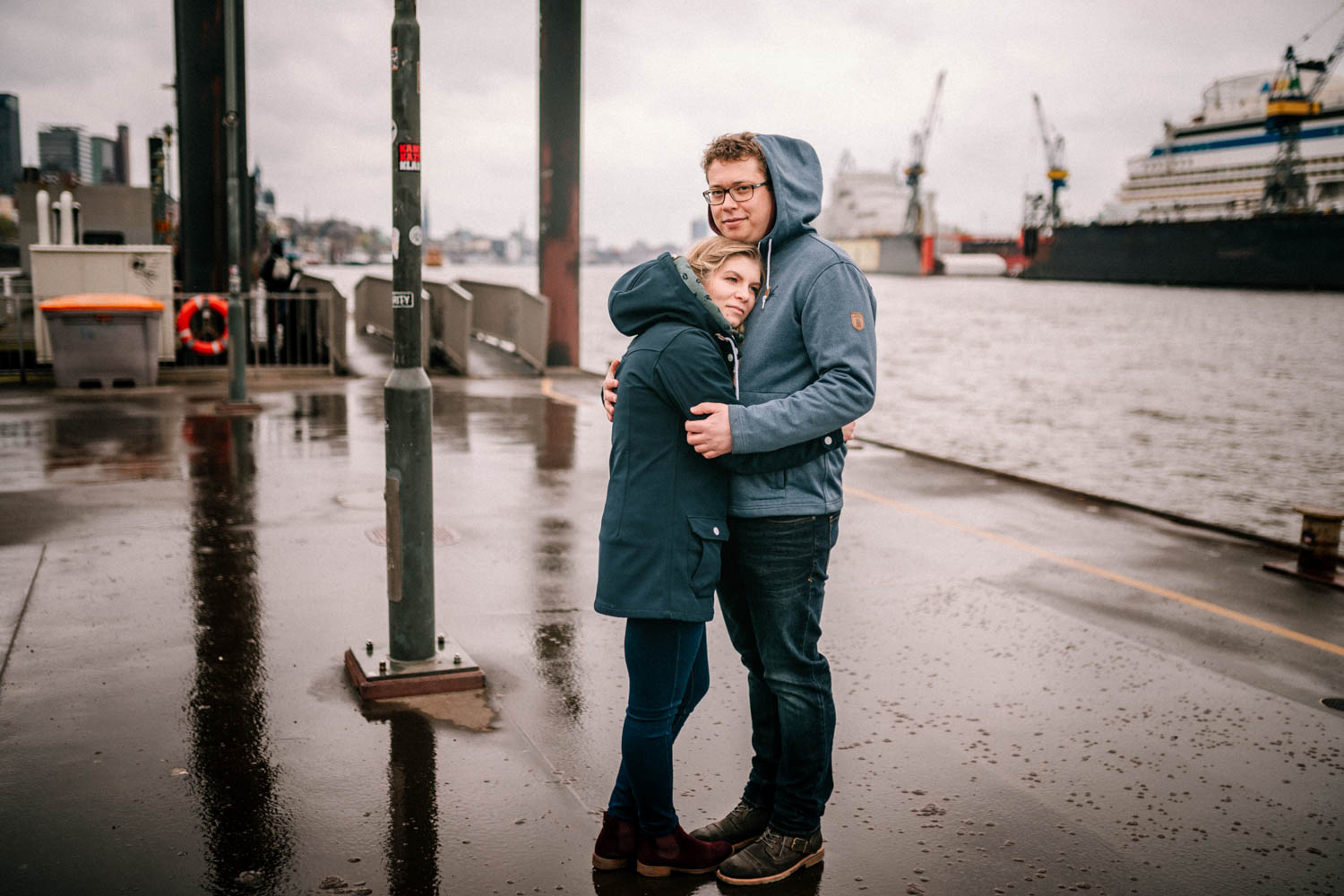 Engagementshooting, Hochzeitsfieber by Photo-Schomburg, Pärchenshoot, Hamburg, Elbe, Hamburger Hafen, Hochzeitsfotograf, Wedding, Coupleshoot-6
